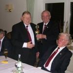 066_Verein - 2012 Jahreshauptversammlung - Pokalübergabe an Kuno Kuhn (v. l. W. Anders, K. Kuhn, G. Czysz, W. Grund)